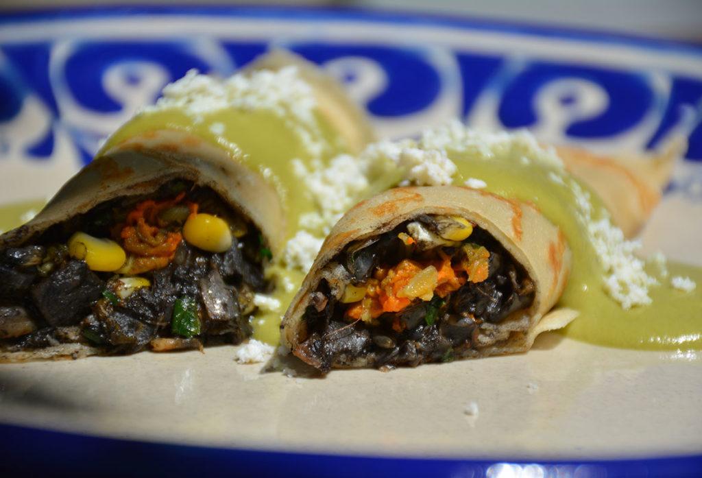 crepas de huitlacoche elote y flor de calabaza con salsa poblana