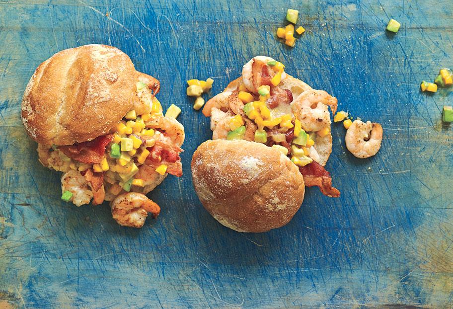 rollos de camarones al ajillo mango y aguacate
