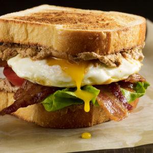 Pati Jinich sándwich de tocino lechuga y tomate con queso de cabra con chipotle