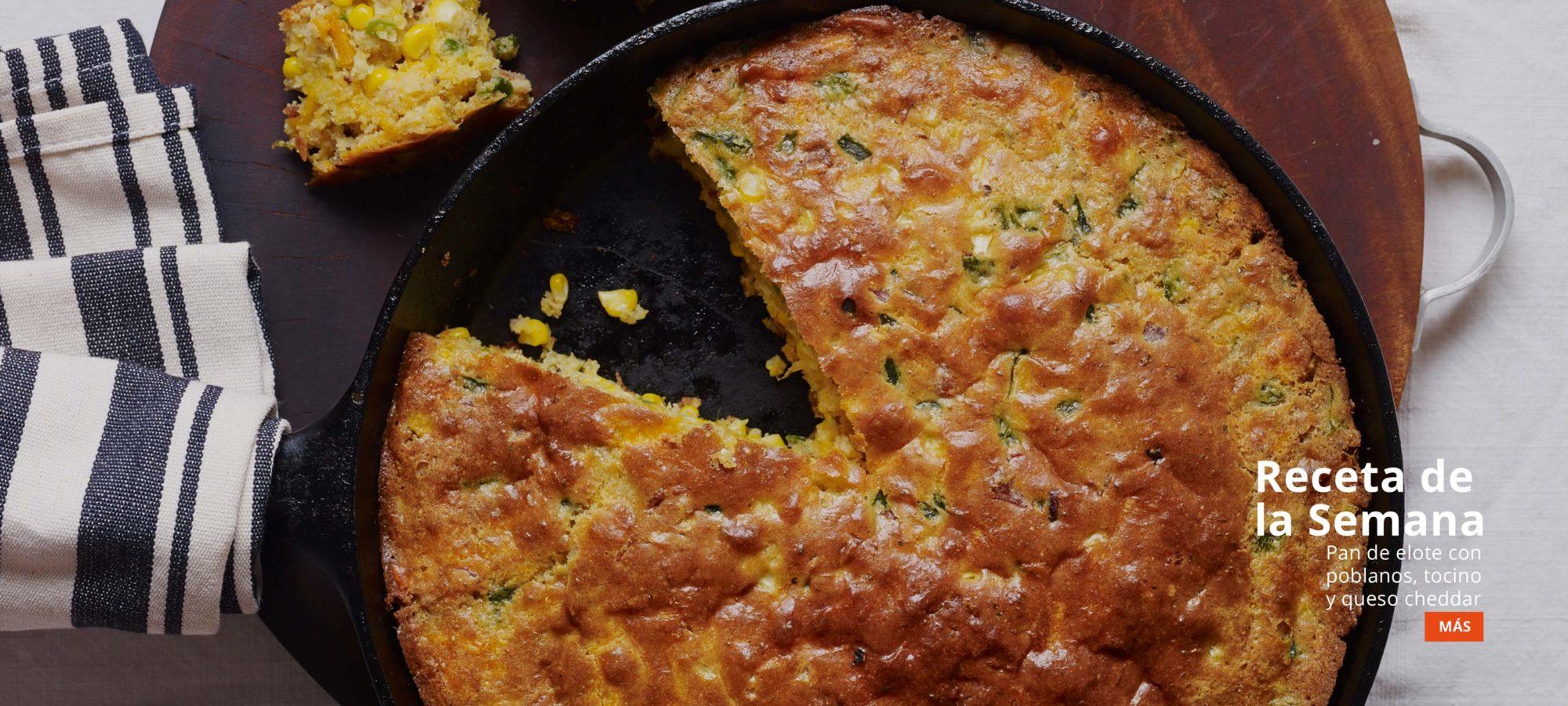 Cazuela de pan de elote con poblanos, tocino y queso cheddar