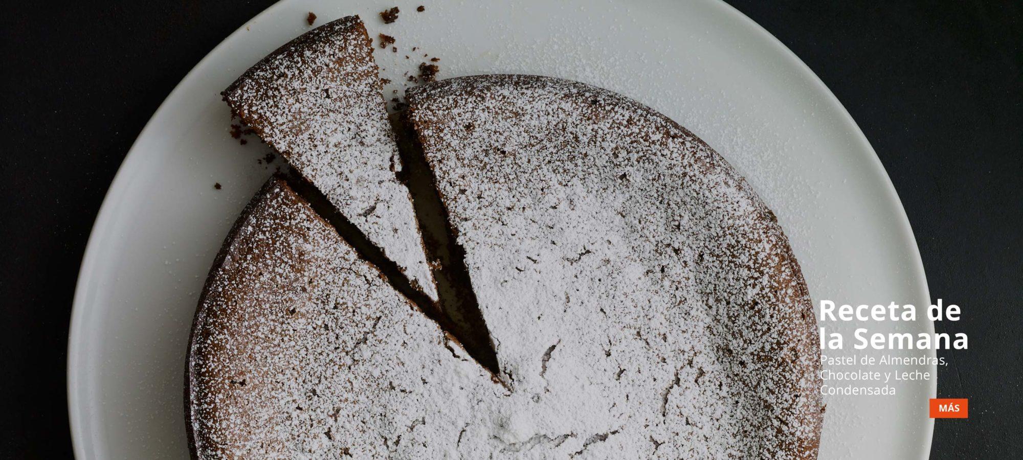 Pastel de almendras, chocolate y leche condensada